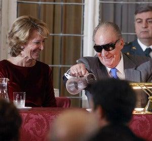 El rey conversa con Esperanza Aguirre