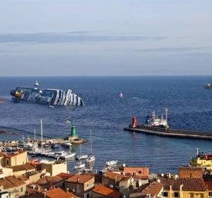 El crucero permanece escorado
