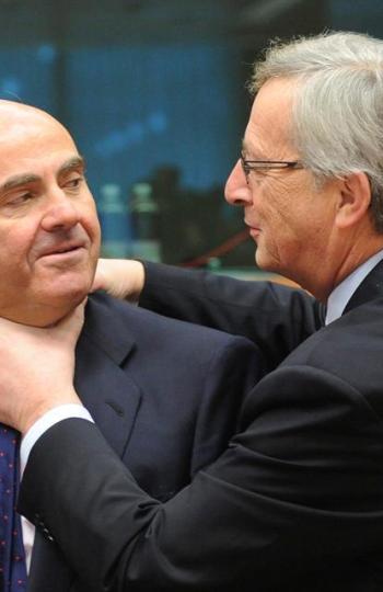 Juncker 'estrangula' a De Guindos mientras bromean