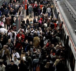 Abarrotado el andén de la estación de Atocha