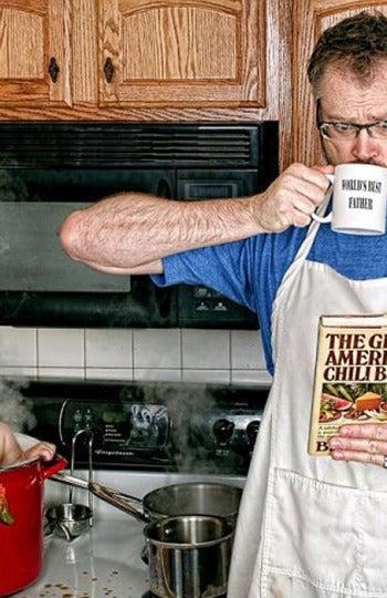 El padre mete a su hijo en la olla de cocina