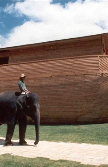 Elefantes asiáticos junto a un Arca de Noé de madera