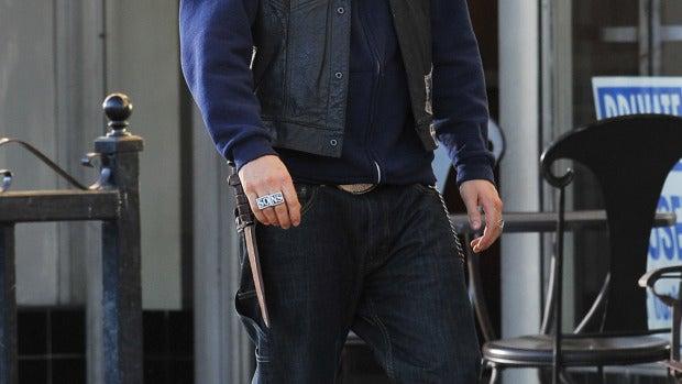 Charlie Hunnam cabizbajo y alicaído por la calle