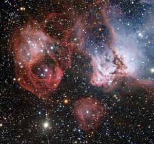 En esta nueva imagen de NGC 2035 podemos ver nubes de gas y polvoen la que nacen nuevas estrellas calientes, esculpiendo su entorno con extrañas formas