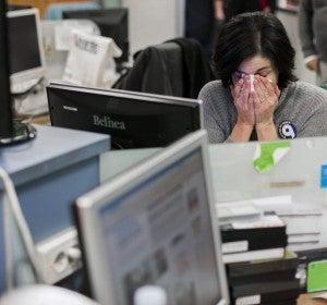 Una trabajadora de RTVV se seca las lágrimas