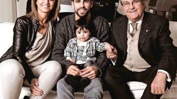 Gerard Piqué junto a su familia en la revista del Barça