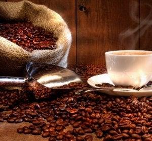 Una taza de café humeante