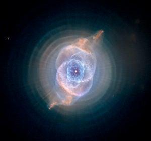 Imagen captada por el telescopio espacial Hubble de la nebulosa planetaria NGC 6543, conocida como Ojo de Gato