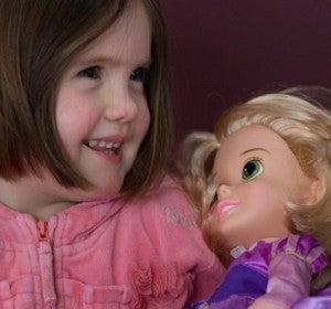 Emily y su muñeca con el mismo corte