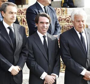 Los expresidentes del Gobierno esperan la llegada del féretro de Adolfo Suárez