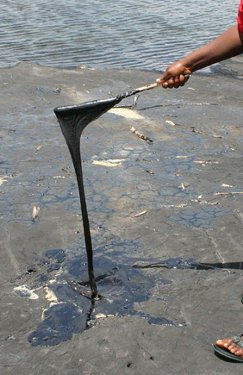Imagen donde se muestran las grandes cantidades de hidrocarburos del lago Pitch Lake en Trinidad y Tobago
