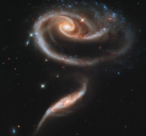 Una rosa formada por la interacción de dos galaxias