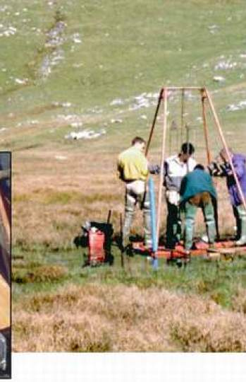 Sondeo de una turbera en el valle del Tena, mostrando la columna de sedimentos extraída para su estudio