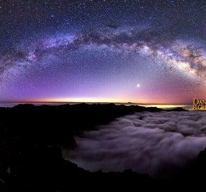 Imagen de la Vía Láctea sobre el observatorio del Roque de los Muchachos en la isla de La Palma