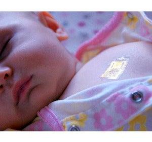 Un bebé durmiendo con un chip