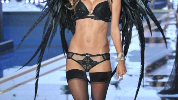 Alessandra Ambrosio batió sus alas de plumas negras
