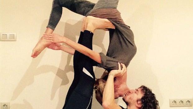 Vanesa Lorenzo y Carles Puyol practican yoga