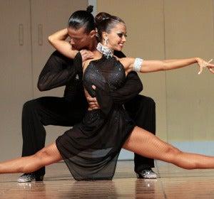 Envidiables cuerpos de los campeones de salsa Adrián y Anita