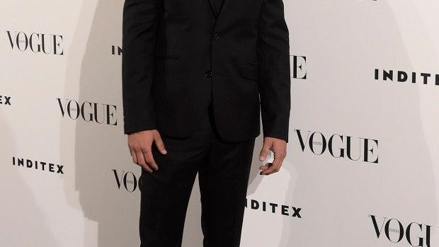 Joel Bosqued combinó traje y zapatillas