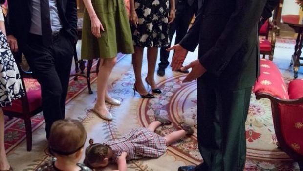 Una niña tiene una rabieta durante una cena en la Casa Blanca
