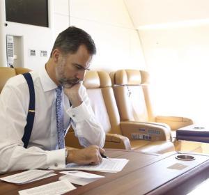 El Rey en el avión prepara su discurso