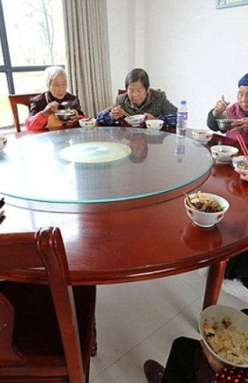 Los ancianos comiendo