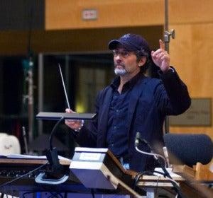 Dirigiendo a la orquesta en una grabación