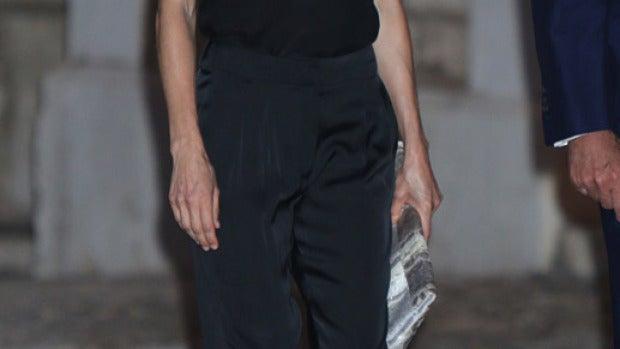 La reina Letizia apuesta por un look total black