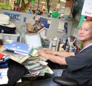 El abarrotadísimo escritorio de Tony Hsieh, CEO de Zappos