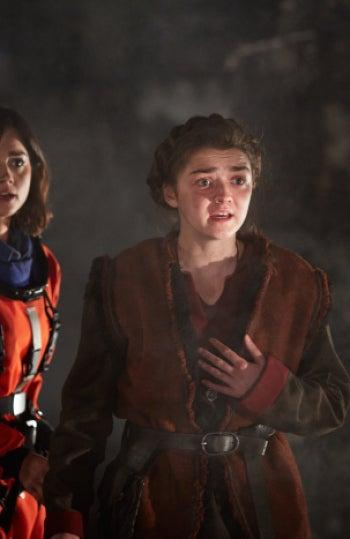 Maisie Williams dando vida a su personaje en 'Doctor Who'