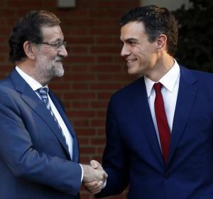 Saludo entre Mariano Rajoy y Pedro Sánchez en las escalinatas del Palacio de la Moncloa