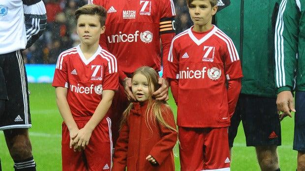 David Beckham con sus hijos en un partido de fútbol