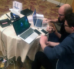 Nico Golde (izda.) y Daniel Komaromy en el evento de seguridad PacSec