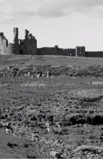 El castillo de Dunstanburgh en blanco y negro