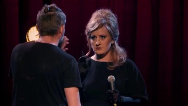 Adele caracterizada como Jenny