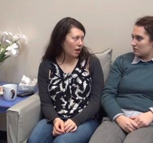 Imagen sacada de uno de los vídeos, ¿está siendo sarcástica la chica de la izquierda de la foto?