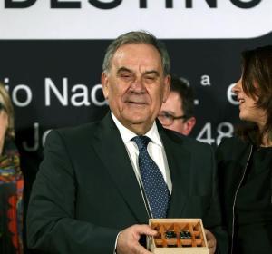 Lluís Foix, con el Premio Josep Pla