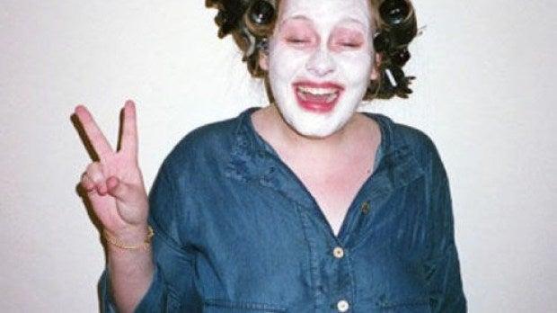 Adele se pone mascarilla y rulos