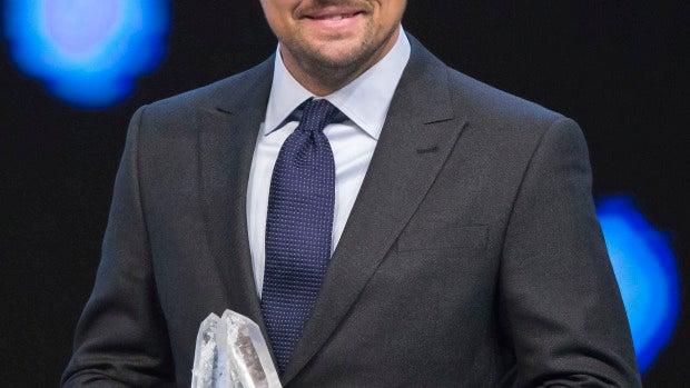Leonardo DiCaprio con su premio por su compromiso medioambiental