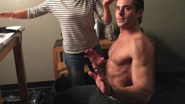Zac Efron presume de torso desnudo