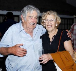 El expresidente uruguayo José Mujica junto a la alcaldesa de Madrid, Manuela Carmena