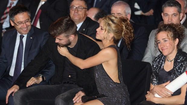Shakira abraza a Gerard Piqué
