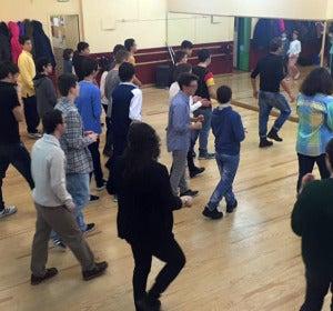 Los jóvenes de la Asociación Implica bailan en la escuela Madrid 47