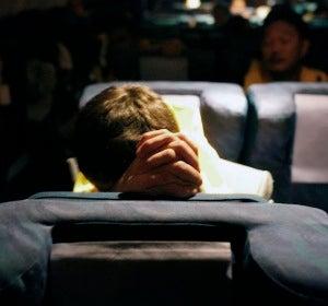 Rezar en el avión es uno de los gestos más comunes entre los supersticiosos
