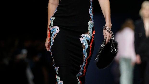 Gigi Hadid enseña un pecho mientras desfila para Versace