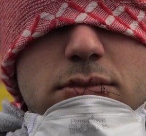 Inmigrante con la boca cosida