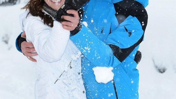 Los Duques de Cambridge jugando en la nieve