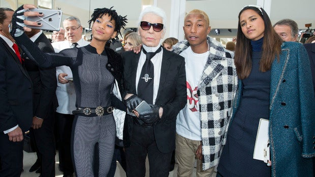 Willow Smith junto a Karl Lagerfeld y Pharrell Williams