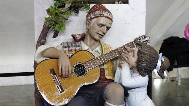 El ninot indultado de 2016 representa a un labrador en un homenaje al dios Baco