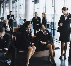 Los tripulantes esperan en el aeropuerto a coger un vuelo